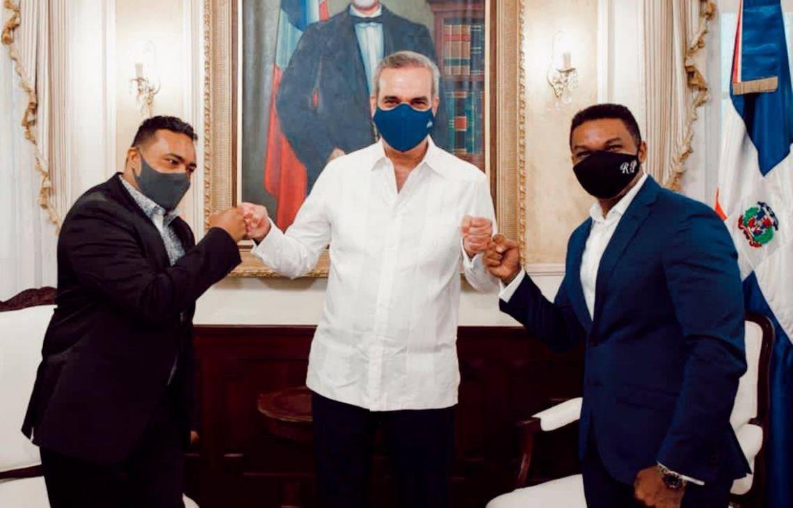 Miguel Céspedes y Ramond Pozo posan junto al presidente Luis Abinader